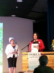 Birgit Aittakumpu luovuttamassa Porla-adressia Irene Äyräväiselle.
